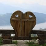 Bank mit zwei eingeschnitzten Herzen